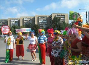 В Ростовской области сотрудники ГИБДД вывели на дорогу клоунов с транспарантами