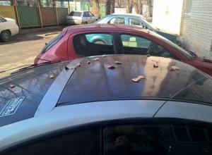 Кастрюлю с креветками вывалили из окна на автомобиль соседа жители Ростова