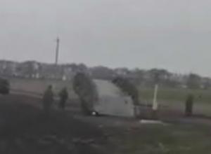 Пытавшиеся перевернуть танк военные насмешили автолюбителей в Ростовской области