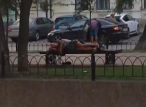 Мирно спящей в центре Ростова парочке позавидовали горожане в разгар рабочего дня на видео