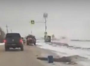 Укладывающих асфальт в мокрый снег «дождавшихся» дорожников жители Ростова поймали на видео