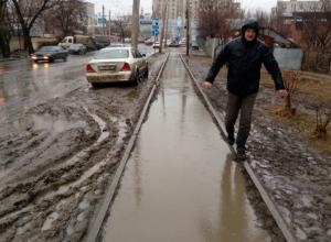 Жуткая водная дорожка с грязью вместо тротуара возмутила жителей Ростова