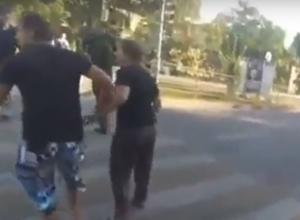 Попытка раздавить толпу пешеходов на «зебре» лихим ростовским автолюбителем попала на видео