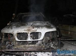 В Ростове на автомойке сгорели BMW X 5 и Mercedes
