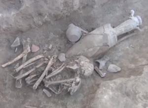 В Азове археологи нашли погребение с останками человека первого века нашей эры. Видео