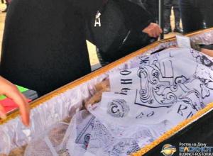 В Ростове на Северном кладбище похоронили убитого преступником полицейского Юрия Петухова. Видео
