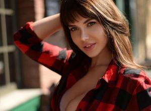 Секс-звезда Playboy с обнаженной грудью и в коротких шортиках рассказала, на чем любит прокатиться