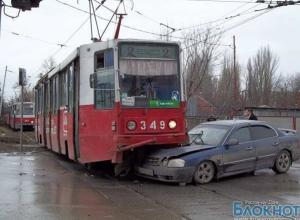 В Таганроге трамвай раздавил автомобиль «KIA»