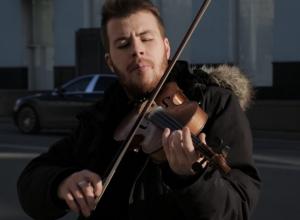 Душевный уличный музыкант показал прекрасное звучание скрипки на видео в Ростове