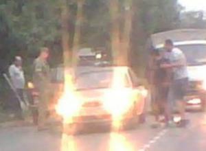 Вооруженная лопатами «огородная мафия» перекрыла движение по дороге под Ростовом на видео