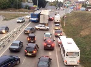 Фура столкнулась с легковым автомобилем, автобус пытался объехать ДТП, но не пролез между грузовиком и заграждением