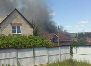 Люди вместе с пожарными спасают от огня свои дома в Ростовской области