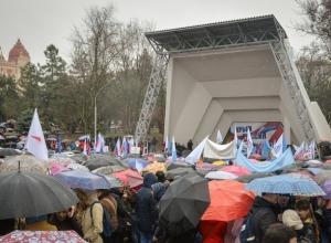 «Крым наш» весело отпраздновали под дождем тысячи жителей Ростова