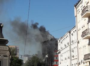 Многоэтажный бизнес-отель объят огромным пламенем в самом центре Ростова