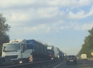 Три фуры заблокировали въезд в Ростов со стороны Аксая