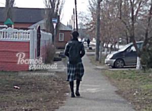 Спокойно бродивший по улицам молодой парень в юбке вызвал бурю эмоций у жителей Ростова