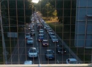 Погрязший в утренних пробках проспект Шолохова довел до белого каления ростовских автомобилистов