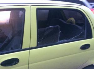 Автоворы разбили стекло в иномарке девушки-инвалида и забрали сумку с документами в Ростове