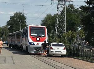 Целый поезд с пассажирами дожидался возвращения охамевшей дамочки за руль авто в Ростове