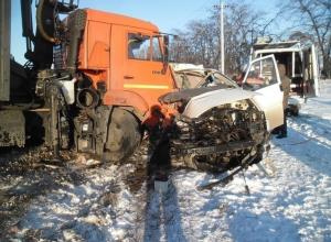 В Мясниковском районе Volkswagen лоб в лоб столкнулся с КамАЗом: погибла пассажирка