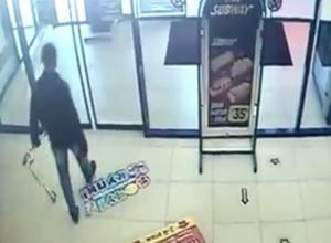 Кража мужчиной детского самоката в торговом центре Ростова попала на видео