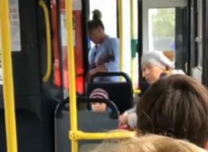 Разборки в троллейбусе устроила ростовская пенсионерка с внуком