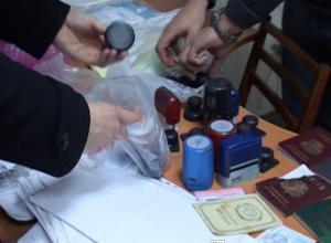 Захват в Ростове банды по легализации мигрантов с женщиной из Средней Азии сняли на видео