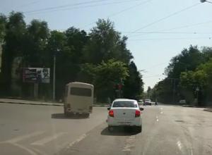Дерзкий проезд маршрутчика на «красный» по перекрестку Ростова возмутил горожан на видео