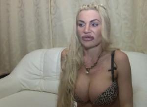 Чудовищные грудь и ягодицы показала на видео жертва пластической операции в Ростове