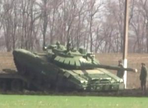 Разворачивание «множества» танков у границы с Украиной в Ростовской области показал на видео Reuters