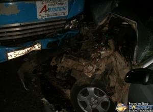 В Ростовской области «Хендай» въехал в припаркованный грузовик: 3 пострадали
