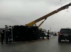 Кровавое ДТП с опрокинувшейся фурой перекрыло движение на трассе в Ростовской области и попало на видео