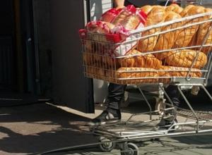 «Облапанные» десятками грязных рук хлебные батоны возмутили жителя Ростова