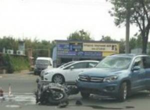 Серьезные травмы под колесами иномарки получил байкер-лихач у остановки Ростова