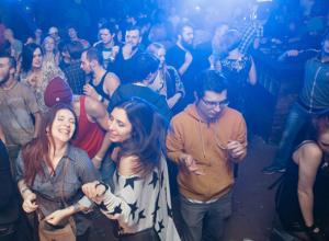 «Жгун» для танцев, бесплатной еды и распивания напитков с гостями требуется ростовскому караоке-клубу