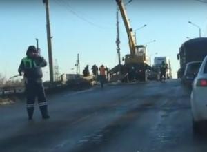 Видео срочной битвы властей Ростова с чудовищной дырой моста снял водитель