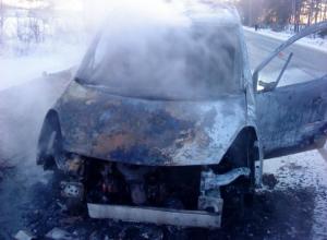 Сразу два дорогих минивена сгорели дотла на Мариупольском шоссе под Ростовом