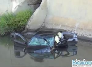 В Ростове иномарка сорвалась с моста и упала в Темерник. ВИДЕО