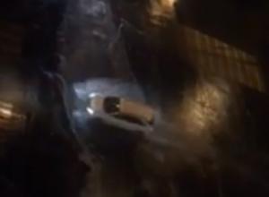 Плавающие в бурлящих дождевых потоках автомобили и автобусы в центре Ростова попали на видео