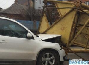 В Ростове башенный кран, перевозимый на КамАЗе, упал на иномарку