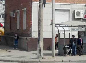 Рассыпающийся на куски столб стал страшилкой для горожан в Ростове