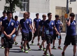 Сборная Японии в полном составе прогулялась по Ростову перед матчем