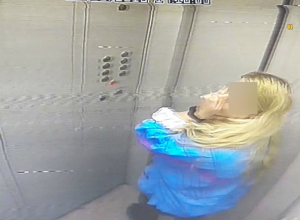 Отложившую «личинку» в лифте многоэтажки молодую блондинку поймали на камеру жители Ростова