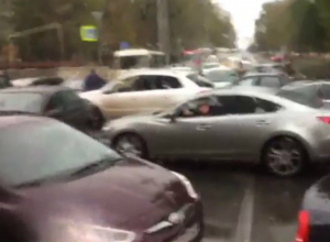 Парализованный светофор вынудил водителей лично регулировать движение машин под дождем в Ростове