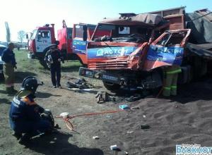 В Ростовской области лоб в лоб столкнулись 2 грузовика