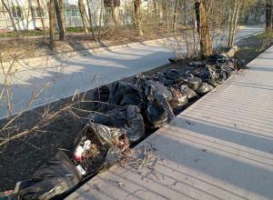 Мусор, собранный во время городского субботника, продолжает разносить ветер по Ростову