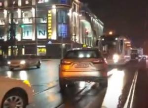 Эпично фатальная встреча четырех люксовых автомобилей и трамвая в центре Ростова попала на видео