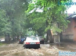 В Новочеркасске из-за проливных дождей оказались затопленными несколько улиц