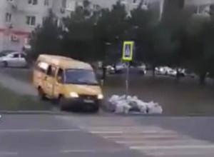 Охамевший водитель маршрутки показательно проехался по зебре и тротуару в Ростове на видео