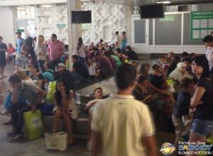 В аэропорту Ростова несколько сотен пассажиров третий час не могут получить багаж